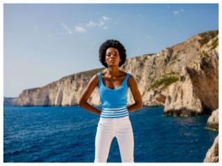 Niebieska bluzka na ramiączkach w stylizacji z białymi spodniami