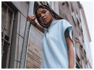 Bluzy z kapturem w jesiennych stylizacjach z krótkim rękawem